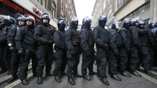 Британская полиция во время акции антиглобалистов в Сохо в Лондоне. 11 июня 2013