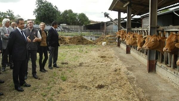 Sarkozy visits a farm in Montemboeuf with Ecology Minister Nathalie Kosciusko-Morizet before announcing drought aid