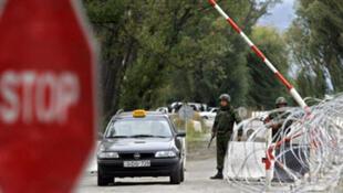 Point de contrôle à la frontière entre la Russie et l'Ossétie du Sud (Géorgie).