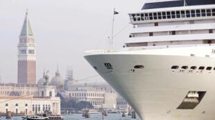 Un bateau de croisière navigue face à la place Saint-Marc à Venise.