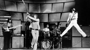 De gauche à droite, le bassiste John Entwistle, le chanteur Roger Daltrey, à la batterie Keith Moon et le guitariste Pete Townshend du groupe The Who sur scène à Circa en 1973.
