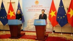 Bà Federica Mogherini, lãnh đạo ngành ngoại giao Liên Hiệp Châu Âu và ngoại trưởng Việt Nam Phạm Bình Minh họp báo tại Hà Nội, ngày 05/08/2019.