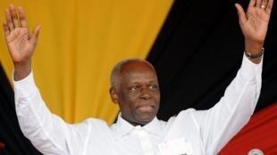 Antigo presidente José Eduardo dos Santos num comício no Cacuaco a 3 de Setembro de 2008 (foto de arquivo)