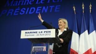 A candidata de ultra-direita da Frente Nacional, Marine Le Pen, saúda seus apoiadores logo após o anúncio dos resultados eleitorais, neste domingo.