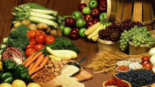 Alimentos vegetais: frutas, legumes, nozes, cereais e leguminosas.