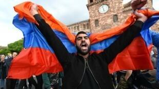 Opositor arménio numa manifestação pedindo demissão do primeiro-ministro da Arménia, Serge Sarkissian, o que aconteceu a 23 de abril