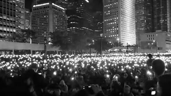 二万教师及支持者在中环集会谴责教育局恫吓教师校长散播白色恐怖,与会人士高举亮起的手机,呈现一片灯海。