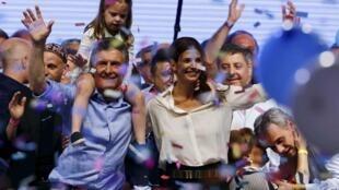 Mauricio Macri festeja su elección con su hija Antonia y su esposa Juliana Awada, este 22 de noviembre de 2015.