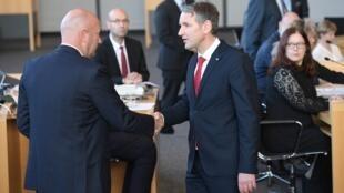 Le libéral Thomas Kemmerich (g.) est félicité par le leader régional du parti d'extrême droite Björn Höcke, le 5 février 2020.