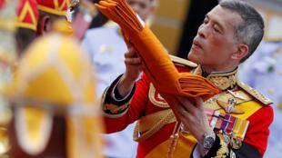 ព្រះចៅ Maha Vajiralongkorn ក្នុងព្រះរាជពិធី គោរពព្រះវិញ្ញាណក្ខន្ត ព្រះបិតា ថ្ងៃទី ២៦ តុលា ២០១៧
