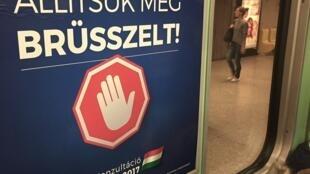 Les affiches «Arrêtons Bruxelles!» fleurissent un peu partout dans le pays. Ici, dans le métro de Budapest.