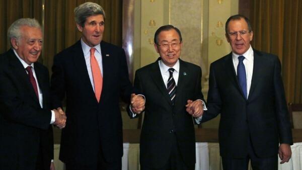 De gauche à droite : Lakhdar Brahimi, John Kerry, Ban Ki-moon et Sergueï Lavrov, à l'issue de leur rencontre à Montreux, mardi 21 janvier 2013.