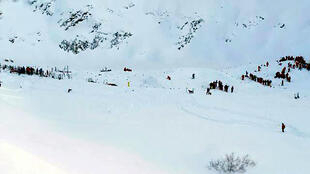Rescue teams search the mountain after an avalanche in the Alps 13 janvier 2016