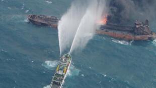 一艘日本救援船在東海海域救助發生火災的伊朗遊船  2018年1月10日
