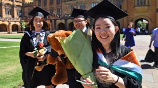 Một số sinh viên Trung Quốc chụp ảnh sau lễ tốt nghiệp khóa học thương mại tại đại học Sydney, ngày 12/10/2017.