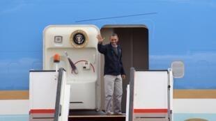 O presidente americano Barack Obama abana antes de embarcar de volta aos Estados Unidos, neste sábado, após visita de quatro dias no Oriente Médio.