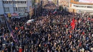 Đông đảo người dân Iran dự đám tang của tướng Qassem Soleimani tại thành phố Kerman quê hương ông, ngày 07/01/2020.