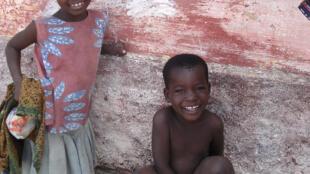 Moçambicanos aprendem a língua falada em casa, a chamada língua materna ou nacional.