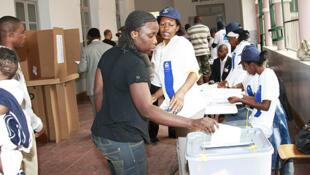Cidadã angolana a exercer o direito de voto. 05/09/08