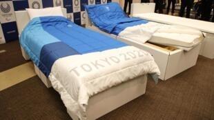 Apresentação de camas ecológicas, com estrutura de papelão e colchão 100% poliéster, para os residentes da Vila Olímpica para os Jogos Olímpicos de 2020, em Tóquio, em 24 de Setembro de 2019
