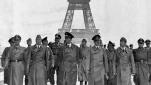 ហ៊ីត្លែរ និងមេទ័ពអាល្លឺម៉ង់ នៅមុខ Tour Eiffel ក្នុងក្រុងប៉ារីស