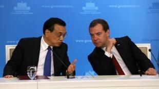 Thủ tướng Nga Dmitry Medvedev (P) và Thủ tướng Trung Quốc Lý Khắc Cường trong cuộc họp báo, Matxcơva,  13/10/2014.