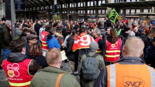 Grevistas na estação ferroviária de Lille Flandres, no norte da França, no 1° dia de greve que vai durar até junho