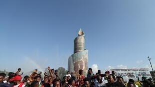 Une foule de jeunes sidamas devant une affiche qui appelle à voter pour le référendum du 20 novembre, Hawassa, Éthiopie, le 17 novembre 2019.