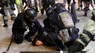 Полиция Гонконга задерживает участника протестных акций. 31 августа 2019 года