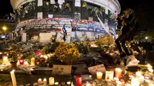 Hommage aux victimes des attentats de vendredi, sur la place de la République, à Paris, le 15 novembre 2015.