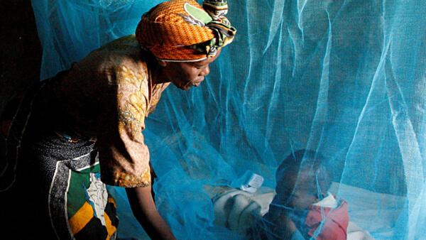 A cada ano, cerca de 3,3 bilhões de pessoas são expostas aos riscos da malária em todo o mundo, segundo informações da Organização Mundial de Saúde (OMS). Os cortinados para dormir (foto) são uma das medidas para barrar o acesso ao mosquito transmissor.