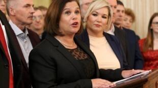 La cheffe du Sinn Fein Mary Lou McDonald (g) et la cheffe adjointe Michelle O'Neill au Parlement à Belfast, le 10 janvier 2020.