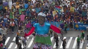 Marcha contra as mudanças climáticas reuniu milhares de pessoas nas ruas de Nova York, neste domingo (21).