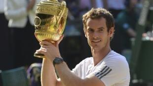O tenista Andy Murray tornou-se neste domingo, (7) o primeiro britânico a vencer o torneio de Wimbledon desde Fred Perry em 1936.