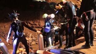 Mergulhadores profissionais tentavam resgatar crianças presas na gruta Tham Luang, na Tailândia.