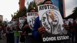 Ciudadanos protestan en el centro de la capital mexicana, el 26 de septiembre de 2017, para exigir justicia por la desaparición de los 43 estudiantes del caso Ayotzinapa.