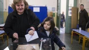 Eleitores gregos começaram a votar às 7 horas deste domingo (25).