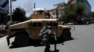 Atentado suicida na embaixada do Iraque em Cabul foi reivindicado pelo grupo Estado Islâmico (EI). Viaturas da polícia e ambulâncias foram enviadas ao local do ataque.