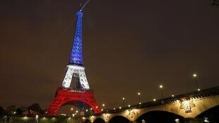 La tour Eiffel en bleu, blanc et rouge, le 16 novembre 2015, quelques jours après les attentats de Paris et Saint-Denis.