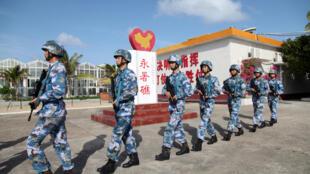 Lính Trung Quốc đồn trú trên  Đá Chữ Thập sau khi được bồi đắp cải tạo. Ảnh chụp ngày 09/02/2016.