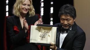 La Palme d'or du Festival de Cannes a été remise samedi à «Une affaire de famille» du réalisateur japonais Hirokazu Kore-Eda, a annoncé le jury présidé par Cate Blanchett, à Cannes, le 19 mai 2018.