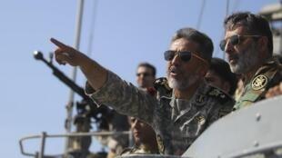 O comandante da Marinha iraniana dirige testes de mísseis realizados pelo Irã em 2012.