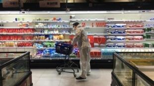 2月11日,一名顧客在湖北一處阿里巴巴Hema Fresh連鎖超市推着推車採購。