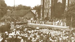 Một cuộc mít tinh ủng hộ nền Độc lập của dân chúng theo đạo trước Nhà thờ Lớn Hà Nội.