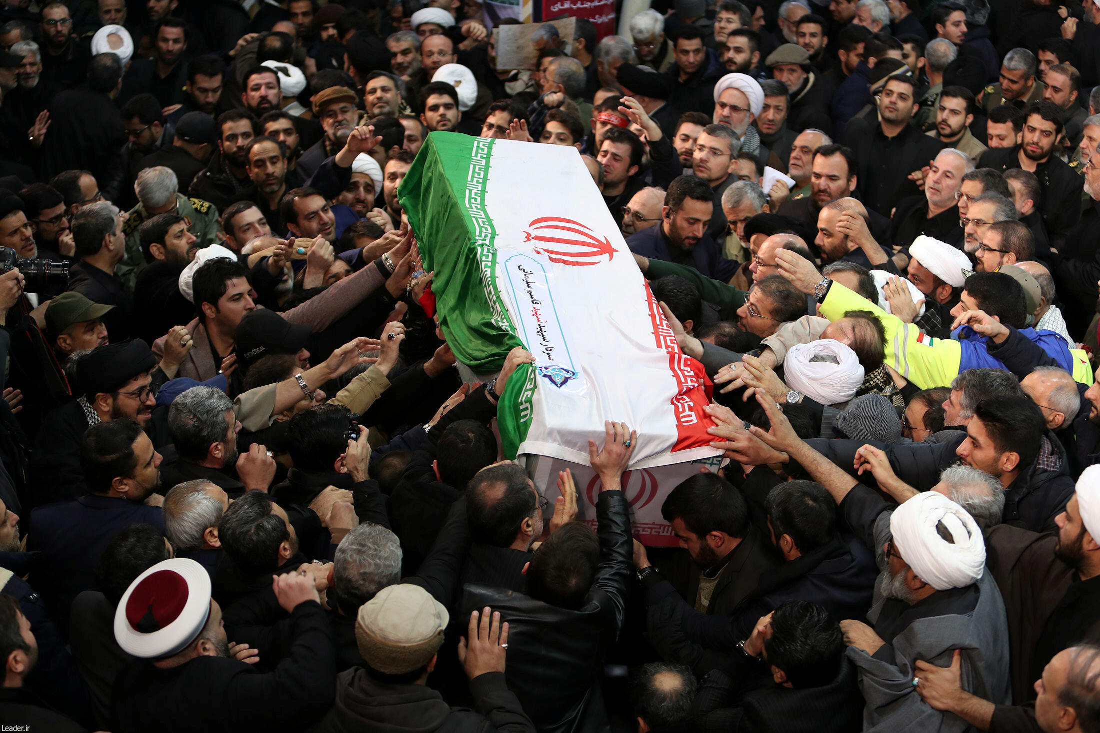 Una multitud acompaña el féretro del General iraní Qassim Suleimani, asesinado en un bombardeo norteamericano en Iraq