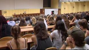 Auditorios o pequeñas salas de clases, hasta cafés sirven para el funcionamiento de las Universidades Populares en Francia.