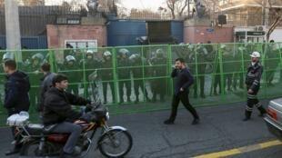 Policiais em frente à embaixada britânica em Teerã neste domingo 12/01/2020.