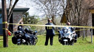 Nhân viên an ninh Mỹ canh chừng một ngôi nhà ở thành phố Austin (Texas, Mỹ), nơi bị đặt một gói gài bom.