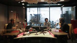 Paul Moreira et Fabrice Arfi en studio à RFI, avec Ziad Maalouf (centre).