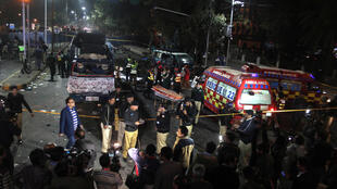 Полицейские и спасатели на месте взрыва в Лахоре, Пакистан, 13 февраля 2017 г.